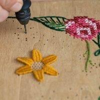 taller de bordado sobre madera